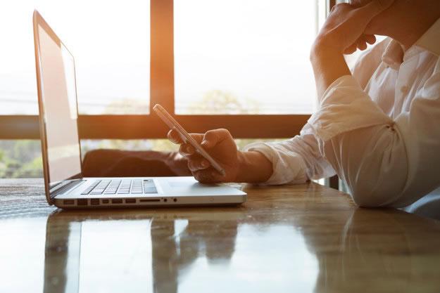 usuario smartphone investiga negocio internet